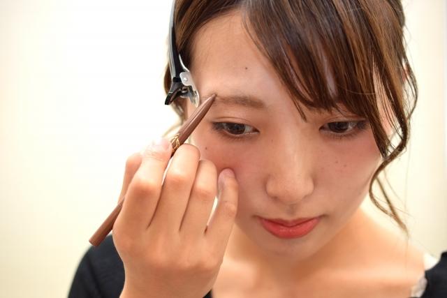 目が小さい人必見!眉毛で目の大きさは決まる!